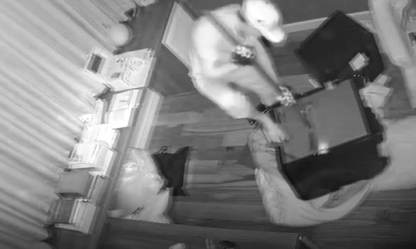 Bắt 2 'siêu trộm' từng đột nhập nhà ca sĩ Nhật Kim Anh - Ảnh 1.