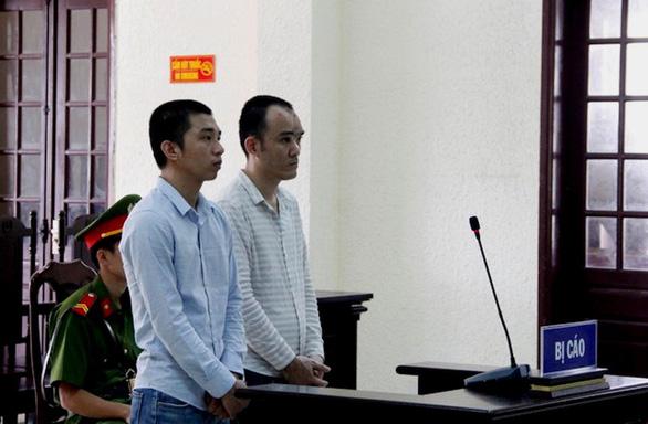 Trộm cả xe biển xanh, 2 bị cáo chia nhau hơn 24 năm tù - Ảnh 1.
