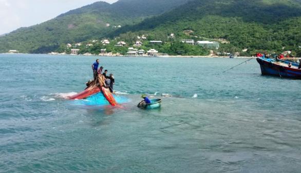 Tàu cá bị chìm khi tránh trú gió ở vùng biển Cù Lao Chàm - Ảnh 1.