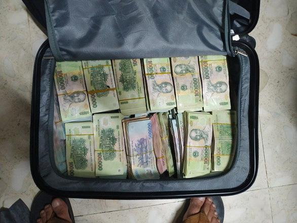 Tài xế nghi trộm cả vali tiền hơn 3,5 tỉ của công ty giấu ở phòng bạn gái - Ảnh 2.