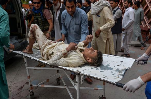 Đánh bom nhà thờ Hồi giáo ở Afghanistan, 62 người chết - Ảnh 2.