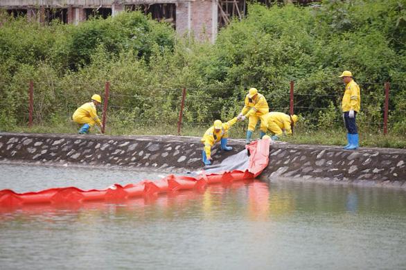 Lắp màng ngăn dầu trước nhà máy nước sông Đà - Ảnh 1.