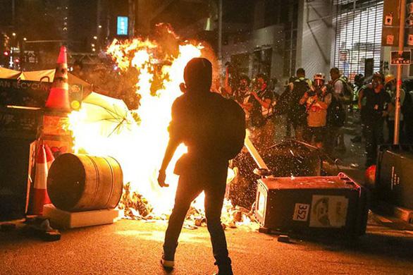 Nhiều người Hong Kong nộp hồ sơ di cư sang châu Âu do ngán biểu tình - Ảnh 1.