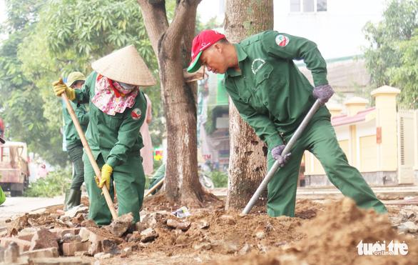 TP Vinh thay hơn 300 cây xanh làm phố đi bộ, dân tiếc nuối - Ảnh 1.
