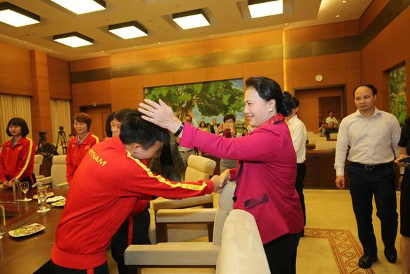 Chủ tịch Quốc hội Nguyễn Thị Kim Ngân: Thành tích của bóng đá nữ khiến bóng đá nam phải mơ ước - Ảnh 2.