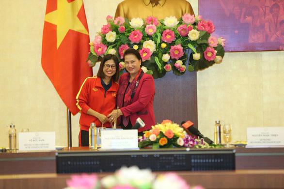 Chủ tịch Quốc hội Nguyễn Thị Kim Ngân: Thành tích của bóng đá nữ khiến bóng đá nam phải mơ ước - Ảnh 4.