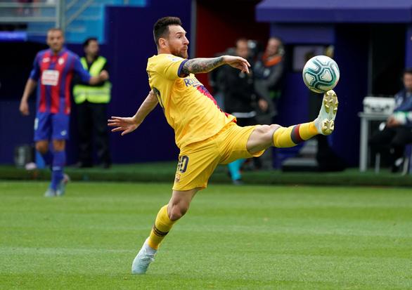 Messi đá vừa hay vừa đẹp, giúp Barca tạm vươn lên dẫn đầu La Liga - Ảnh 1.