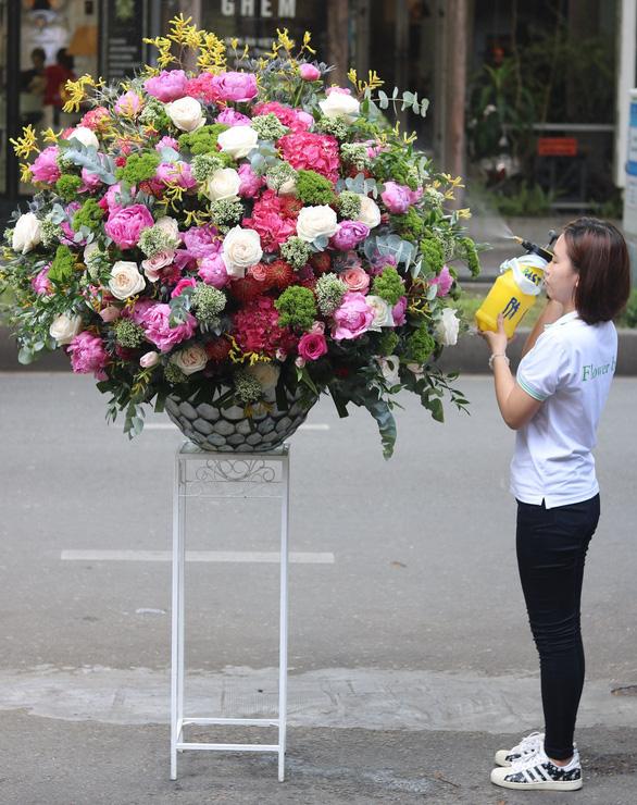 Ngày 20-10: hoa cháy hàng, bình hoa 60 triệu đồng vẫn có khách đặt - Ảnh 1.