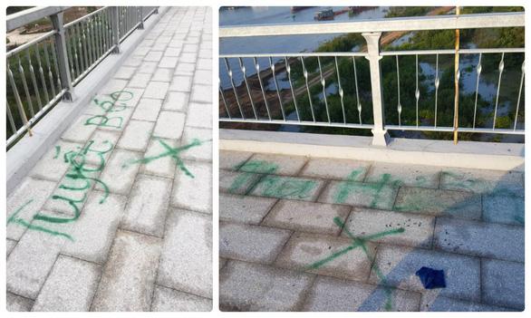Xịt sơn xí chỗ bán hàng ngay trên cầu đẹp nhất Hải Phòng - Ảnh 2.