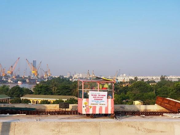Xịt sơn xí chỗ bán hàng ngay trên cầu đẹp nhất Hải Phòng - Ảnh 3.