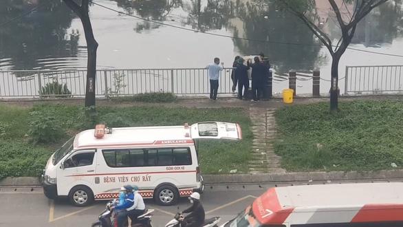 Bệnh viện Chợ Rẫy thả cá xuống kênh, bị hiểu nhầm đổ chất thải y tế - Ảnh 2.
