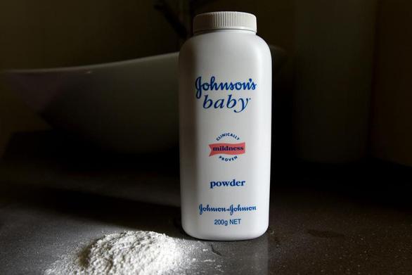 Johnson & Johnson thu hồi 33.000 sản phẩm phấn rôm nghi chứa chất gây ung thư - Ảnh 1.