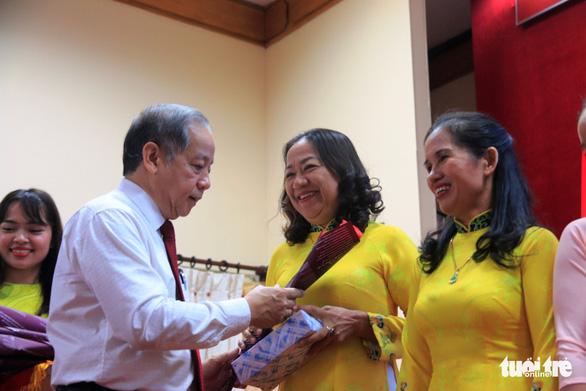 Chủ tịch tỉnh đọc thơ Người đàn bà thứ 2 tặng chị em lao công - Ảnh 2.