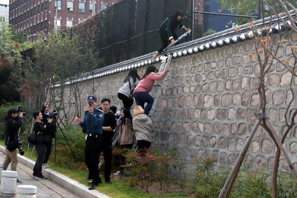 Sinh viên Hàn Quốc trèo vào nơi ở đại sứ Mỹ phản đối hiện diện quân sự - Ảnh 1.