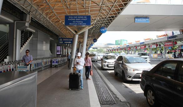 Ngang nhiên trộm túi xách trước quầy làm thủ tục chuyến bay ở Tân Sơn Nhất - Ảnh 1.