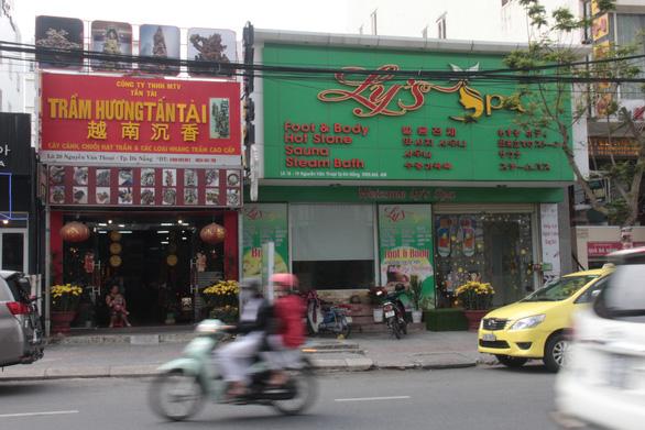 Kiểm tra bảng hiệu tiếng nước ngoài đè tiếng Việt ở Đà Nẵng - Ảnh 1.