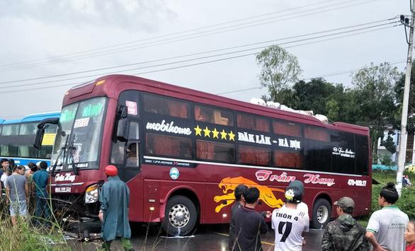 Hai xe giường nằm đối đầu trên đường Hồ Chí Minh, 7 hành khách nhập viện - Ảnh 1.