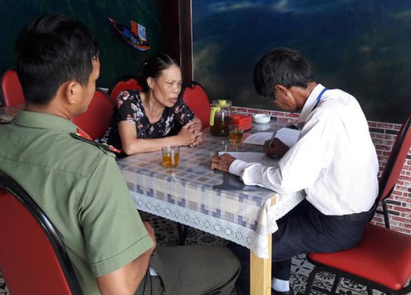 Kiểm tra bảng hiệu tiếng nước ngoài đè tiếng Việt ở Đà Nẵng - Ảnh 2.