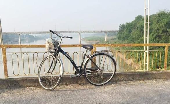 Nữ cử nhân bỏ xe đạp trên cầu nhảy sông tự vẫn - Ảnh 1.