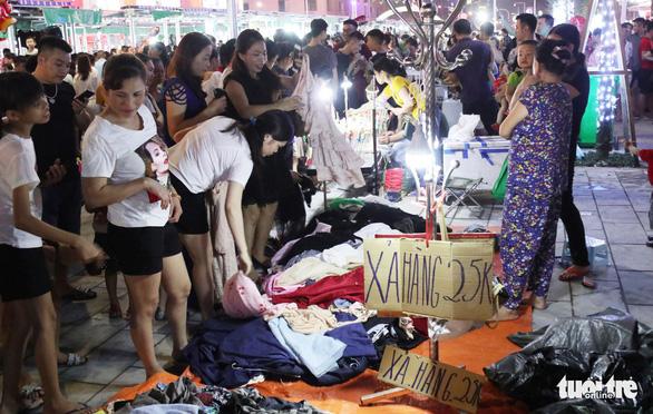 Dân vô tư ngồi ăn uống trên đường điện ở phố đêm đầu tiên Nghệ An - Ảnh 4.
