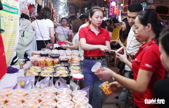 Dân vô tư ngồi ăn uống trên đường điện ở phố đêm đầu tiên Nghệ An - Ảnh 1.