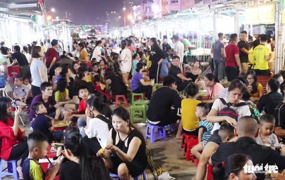 Dân vô tư ngồi ăn uống trên đường điện ở phố đêm đầu tiên Nghệ An - Ảnh 2.