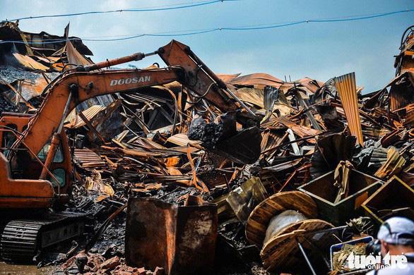 Hơn 1.800 tấn chất thải đã được thu gom sau vụ cháy Công ty Rạng Đông - Ảnh 1.