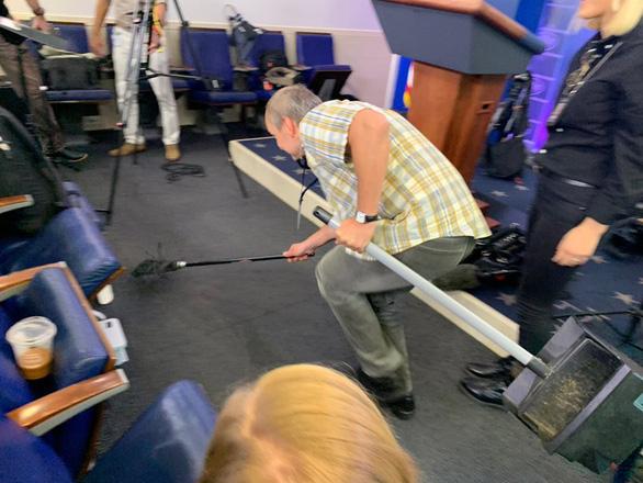 Chuột đại náo cuộc họp báo ở Nhà Trắng, phóng viên chạy tán loạn - Ảnh 1.