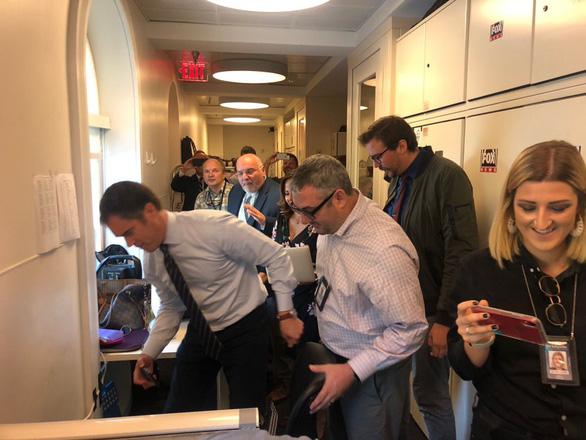 Chuột đại náo cuộc họp báo ở Nhà Trắng, phóng viên chạy tán loạn - Ảnh 3.