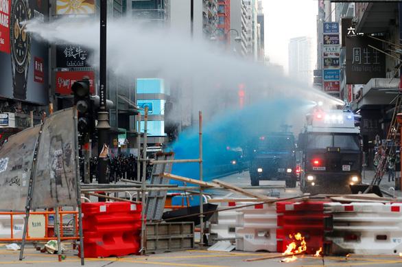 Hong Kong hỗn loạn vì biểu tình bất hợp pháp - Ảnh 2.