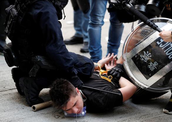 Hong Kong hỗn loạn vì biểu tình bất hợp pháp - Ảnh 3.