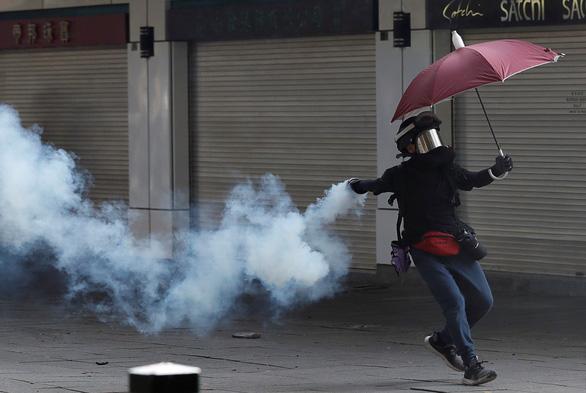 Hong Kong hỗn loạn vì biểu tình bất hợp pháp - Ảnh 1.