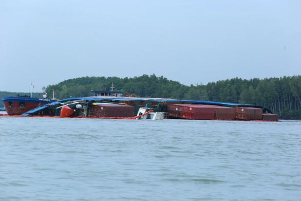 Chìm tàu chở container ở Cần Giờ: Khẩn cấp hút 150 tấn dầu ra khỏi tàu - Ảnh 2.