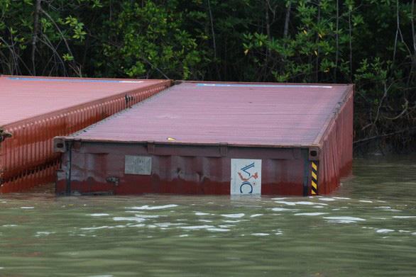 3 thợ lặn mất tích, 2 nhập viện khi trục vớt container chìm ở Cần Giờ - Ảnh 1.