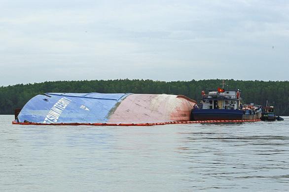 Chìm tàu chở container ở Cần Giờ: Khẩn cấp hút 150 tấn dầu ra khỏi tàu - Ảnh 3.
