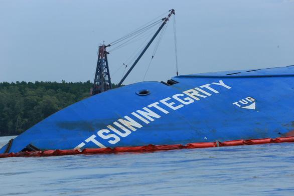 Chìm tàu chở container ở Cần Giờ: Khẩn cấp hút 150 tấn dầu ra khỏi tàu - Ảnh 9.