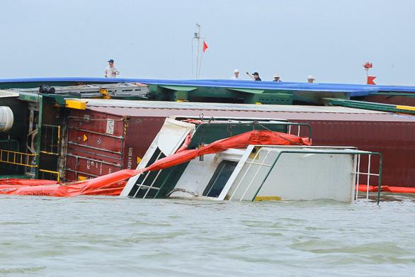 Chìm tàu chở container ở Cần Giờ: Khẩn cấp hút 150 tấn dầu ra khỏi tàu - Ảnh 7.