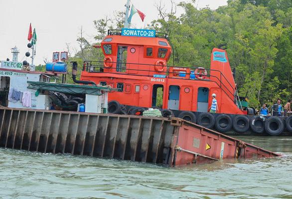 Chìm tàu chở container ở Cần Giờ: Khẩn cấp hút 150 tấn dầu ra khỏi tàu - Ảnh 8.