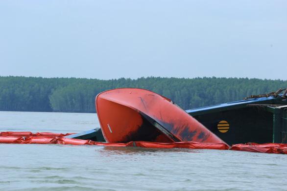 Chìm tàu chở container ở Cần Giờ: Khẩn cấp hút 150 tấn dầu ra khỏi tàu - Ảnh 10.