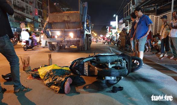 Đụng xe chở rác ở quận 8, ông chết, bà gãy chân - Ảnh 2.