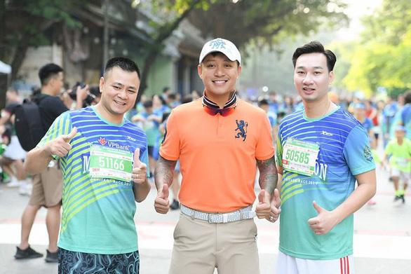 Dàn nghệ sĩ nổi tiếng chạy VPBank Hanoi Marathon ở hồ Hoàn Kiếm - Ảnh 1.