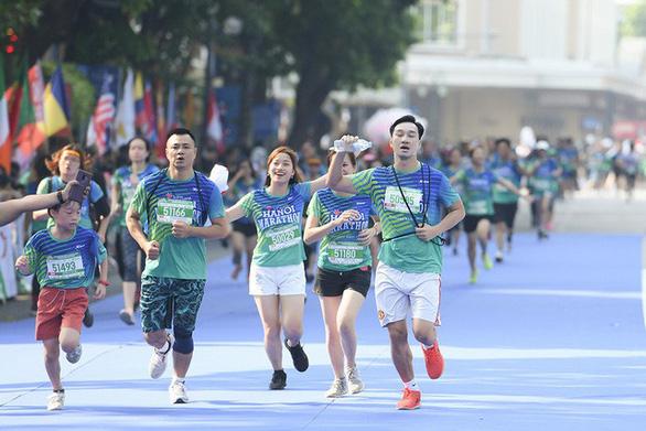 Dàn nghệ sĩ nổi tiếng chạy VPBank Hanoi Marathon ở hồ Hoàn Kiếm - Ảnh 2.