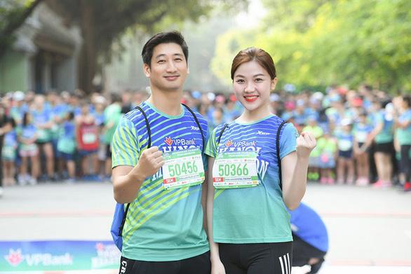 Dàn nghệ sĩ nổi tiếng chạy VPBank Hanoi Marathon ở hồ Hoàn Kiếm - Ảnh 3.