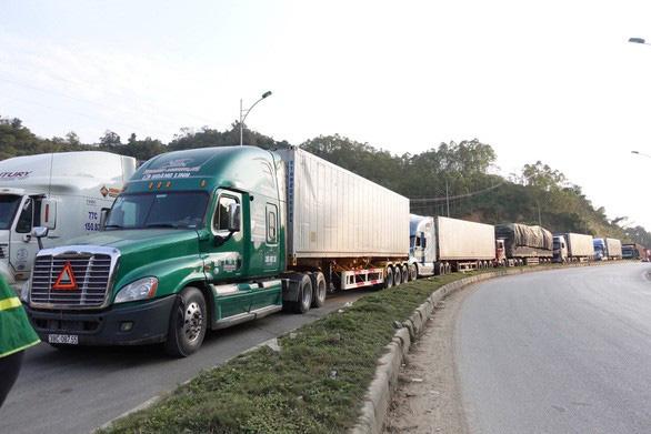 500 xe container nông sản ùn tắc ở cửa khẩu Tân Thanh - Ảnh 1.