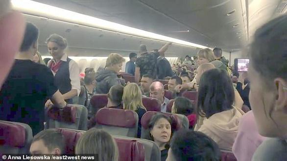 Nhớ đời với chuyến bay có 4 ông say rượu - Ảnh 1.
