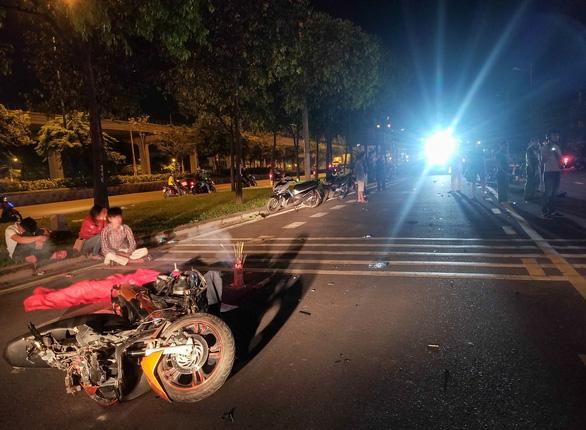 2 xe máy tông thẳng mặt trên đường song hành xa lộ Hà Nội, 3 người thương vong - Ảnh 1.