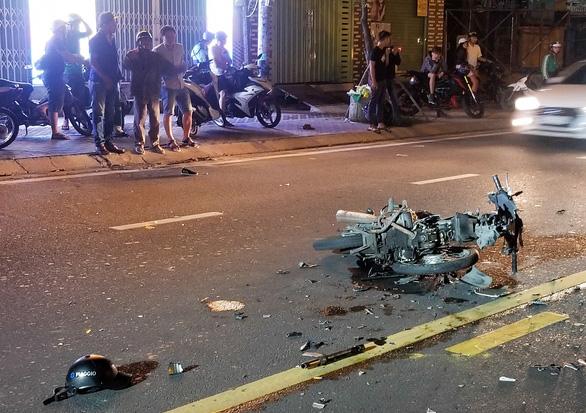 2 xe máy tông thẳng mặt trên đường song hành xa lộ Hà Nội, 3 người thương vong - Ảnh 2.