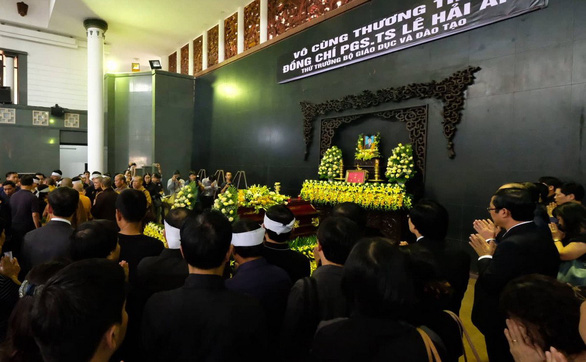 Hàng ngàn người tiễn biệt cố Thứ trưởng Bộ GD-ĐT Lê Hải An - Ảnh 7.