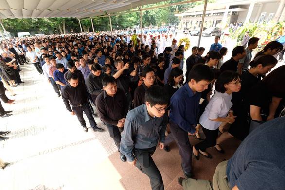 Hàng ngàn người tiễn biệt cố Thứ trưởng Bộ GD-ĐT Lê Hải An - Ảnh 3.