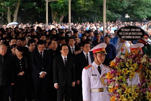 Hàng ngàn người tiễn biệt cố Thứ trưởng Bộ GD-ĐT Lê Hải An - Ảnh 13.